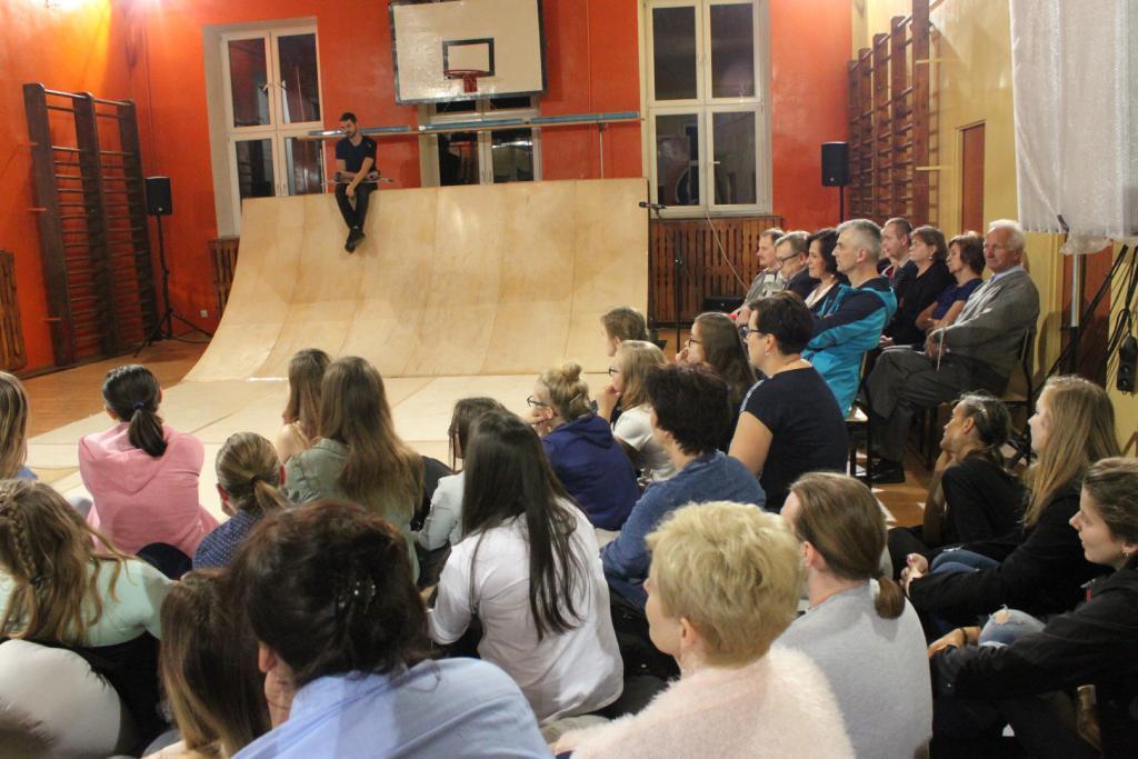 """""""Beze mnie"""" w Szkole Podstawowej nr 1 w Działoszycach - projekt """"Teatr Polska"""" - fotorelacja"""